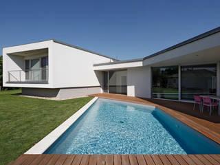 Modern Pool by WUNSCHHAUS Modern