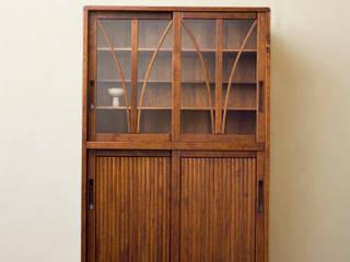 引戸食器棚: 松本家具研究所が手掛けた現代のです。,モダン
