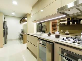 Modern kitchen by Arquiteta Karlla Menezes - Arquitetura & Interiores Modern