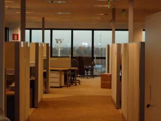 Oficinas Corporativas: Oficinas y Tiendas de estilo  por Construye Todo