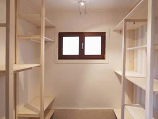 Closets escandinavos por Contesini Studio & Bottega Escandinavo Madeira maciça Multicolor