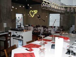 AMORES A PRIMERA VISTA: Locales gastronómicos de estilo  de DECORA+