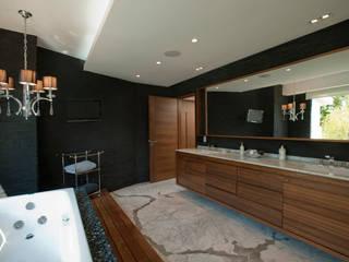 Casa LC: Vestidores y closets de estilo  por ARCO Arquitectura Contemporánea