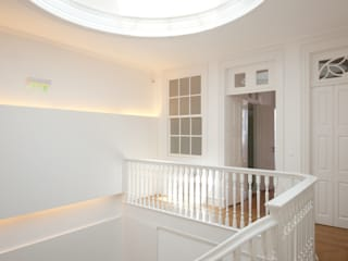 Classic style corridor, hallway and stairs by aaph, arquitectos lda. Classic