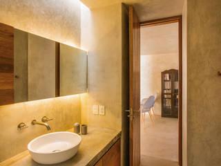 Phòng tắm by TACO Taller de Arquitectura Contextual
