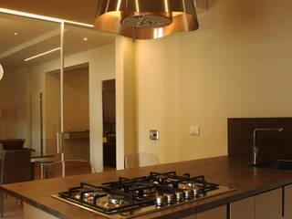 Cucina: Cucina in stile in stile Moderno di moltefacce srl
