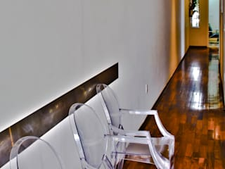 Lozí - Projeto e Obra Pasillos, vestíbulos y escaleras de estilo minimalista
