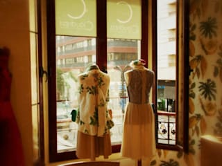 Diseño de  tienda para venta y alquiler de moda para celebraciones especiales: Espacios comerciales de estilo  de Interiorismo y Decoración Lola Torga
