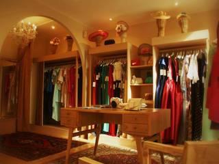 Diseño de  tienda para venta y alquiler de moda para celebraciones especiales: Oficinas y Tiendas de estilo  de Interiorismo y Decoración Lola Torga