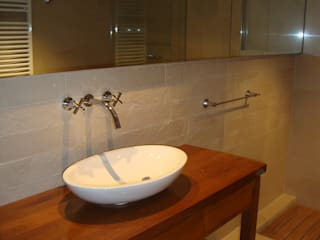 Hargain Oneto Arquitectas Modern style bathrooms Solid Wood Beige