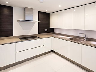 Primrose Hill - modern luxury kitchen featuring Porcel-Thin polished white 120x60cm porcelain tiles: modern Kitchen by Porcel-Thin