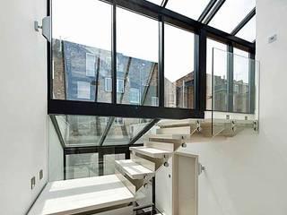 Primrose Hill - modern luxury kitchen featuring Porcel-Thin polished white 120x60cm porcelain tiles Couloir, entrée, escaliers modernes par Porcel-Thin Moderne Tuiles