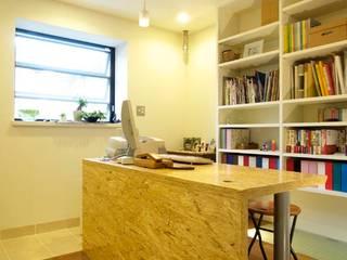 みんなで使える第二のファミリールーム: ティー・ケー・ワークショップ一級建築士事務所が手掛けた和室です。