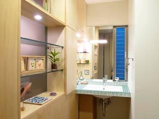 楽しんで使うパウダールーム: ティー・ケー・ワークショップ一級建築士事務所が手掛けたウォークインクローゼットです。