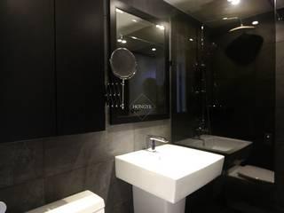 블랙&화이트의 모던한 39py 아파트인테리어: 홍예디자인의  욕실