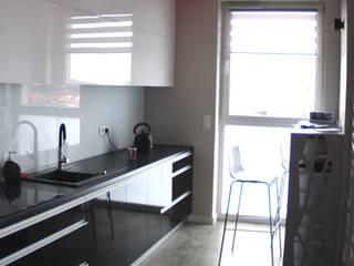 realizacja mieszkania z czerwienią w tle: styl , w kategorii Kuchnia zaprojektowany przez Pegaz Design Justyna Łuczak - Gręda,