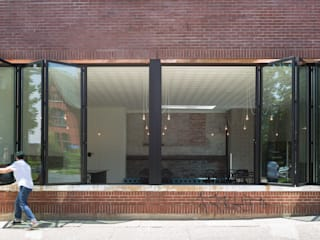 SF 55 Glazed Bi-Fold Door System / Café Fargo, located in Buffalo, New York Moderne Gastronomie von SUNFLEX Aluminiumsysteme GmbH Modern