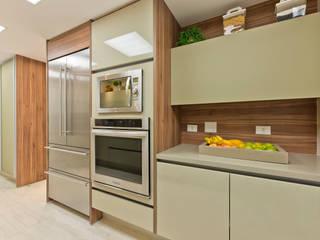 Modern kitchen by VL Arquitetura e Interiores Modern