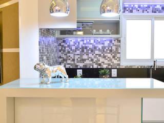 Modern kitchen by Graça Brenner Arquitetura e Interiores Modern Metal