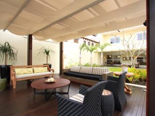 Pergolado casa de praia Varandas, alpendres e terraços tropicais por Renata Almeida & Karla Martinelli Arquitetura & Design Tropical