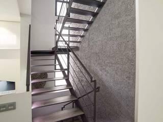 Casa JJV Pasillos, vestíbulos y escaleras de estilo moderno de saz arquitectos Moderno