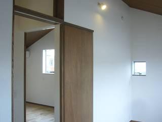 旗竿地のコートハウス: 三浦尚人建築設計工房が手掛けた子供部屋です。,モダン