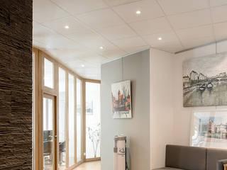 Rénovation d'une étude notariale à Lyon réHome Couloir, entrée, escaliers modernes Effet bois