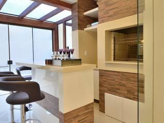 Graça Brenner Arquitetura e Interiores Cuisine moderne Céramique Effet bois