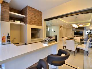 Graça Brenner Arquitetura e Interiores Cuisine rustique Céramique Effet bois