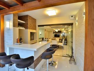 Graça Brenner Arquitetura e Interiores Salle de bain rustique Céramique Effet bois
