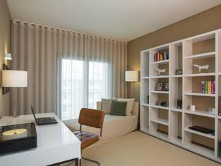 Um apartamento contemporâneo: Quartos modernos por Architect Your Home