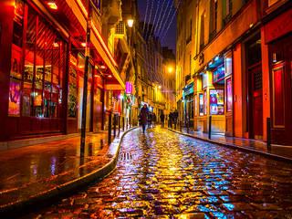 Callejón en Paris, Paris- Francia.:  de estilo  por FotoKunst Gallery