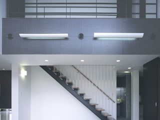 Modern Corridor, Hallway and Staircase by 猪股浩介建築設計 Kosuke InomataARHITECTURE Modern