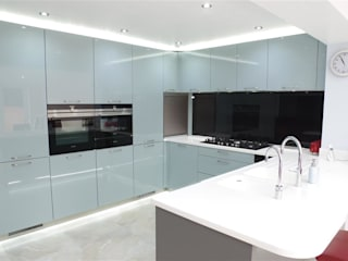 A quirky and modern kitchen! Nhà bếp phong cách hiện đại bởi PTC Kitchens Hiện đại