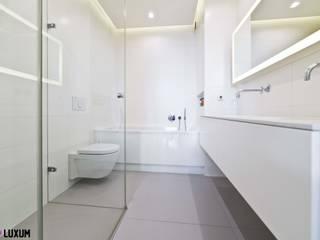 Nowoczesna łazienka w bieli Nowoczesna łazienka od Luxum Nowoczesny