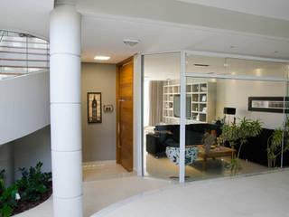 Pasillos, vestíbulos y escaleras de estilo moderno de A/ZERO Arquitetura Moderno