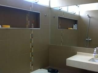 Baños de estilo  por Arq Andrea Mei   - C O M E I -