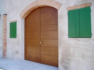 Portone Contesini Studio & Bottega Finestre & Porte in stile classico Legno massello Effetto legno