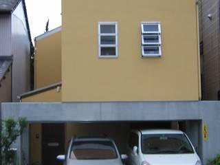 ビルトインガレージのある家: アース・アーキテクツ一級建築士事務所が手掛けた木造住宅です。