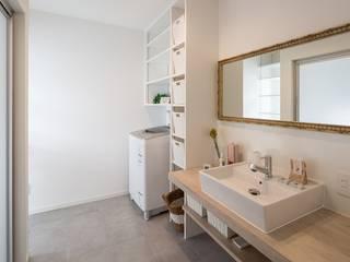 仲良し家族がつくる家: LITTLE NEST WORKSが手掛けた浴室です。,