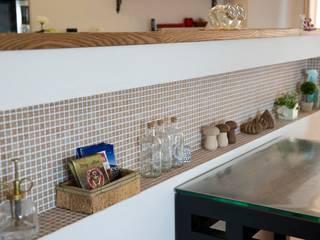 斜めに配置したキッチンで、動きと変化を: 株式会社スタイル工房が手掛けたです。