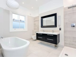 Chelsea townhouse:  Bathroom by adventures in living