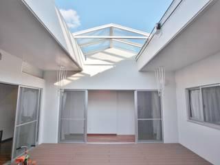 Balcones y terrazas de estilo moderno de (株)スペースデザイン設計(一級建築士事務所) Moderno