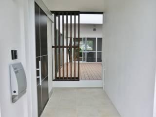 Pasillos, vestíbulos y escaleras de estilo moderno de (株)スペースデザイン設計(一級建築士事務所) Moderno