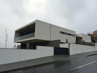 Minimalist house by BLK-Porto Arquitectura Minimalist