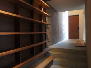 奥行きの本棚 モダンデザインの 書斎 の 東章司建築研究所 モダン