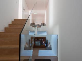 Casa MR Corredores, halls e escadas minimalistas por BLK-Porto Arquitectura Minimalista