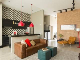 现代客厅設計點子、靈感 & 圖片 根據 Samaia Arquitetura+Design 現代風