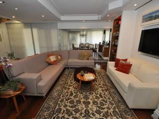 Apartamento Clássico: Salas de estar  por EMMILIA CARDOSO DESIGNERS ASSOCIADOS,Clássico