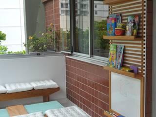 Apartamento Espelho Prata: Terraços  por EMMILIA CARDOSO DESIGNERS ASSOCIADOS,Moderno